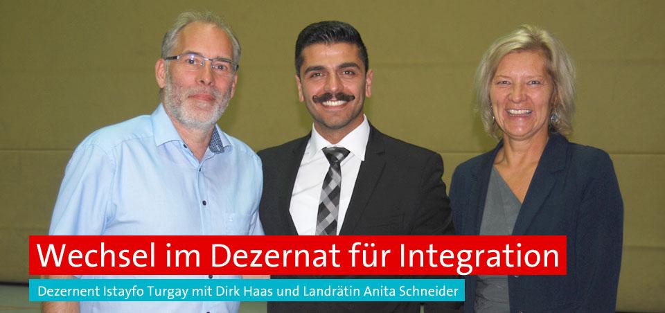 Der ehemalige ehrenamtliche Kreisbeigeordnete für Integration Dirk Haas und sein Nachfolger Istayfo Turgay mit Landrätin Anita Schneider. Foto: Malek Yacoub.