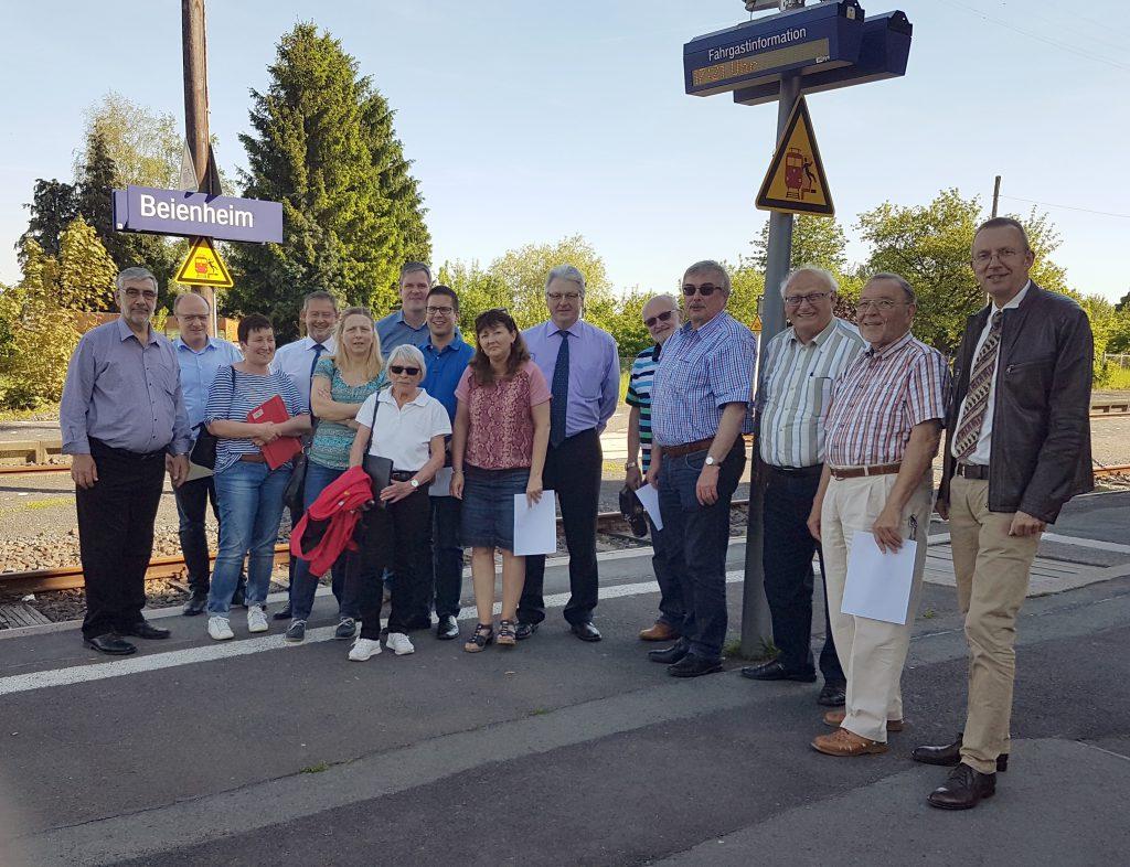 Die Mitglieder des SPD Arbeitskreises Verkehr mit Stefan Klöppel vor Ort am Bahnhof in Beienheim. Foto: Gerhard Weber